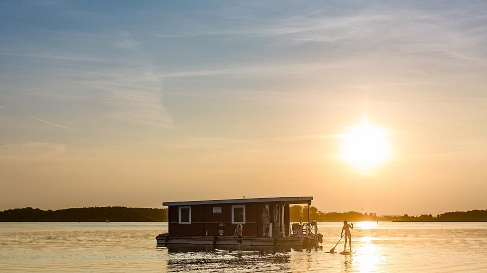 A holiday on a houseboat in the Mecklenburg Lake District can be perfectly combined with other activities such as stand-up paddling, canoeing, cycling and hiking., © TMV/Kirchgessner