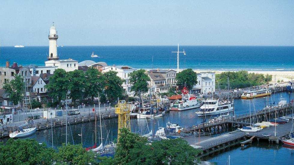 Picturesque view across the Alten Strom and the lighthouse – the symbol of Warnemünde, © TMV/Krüger